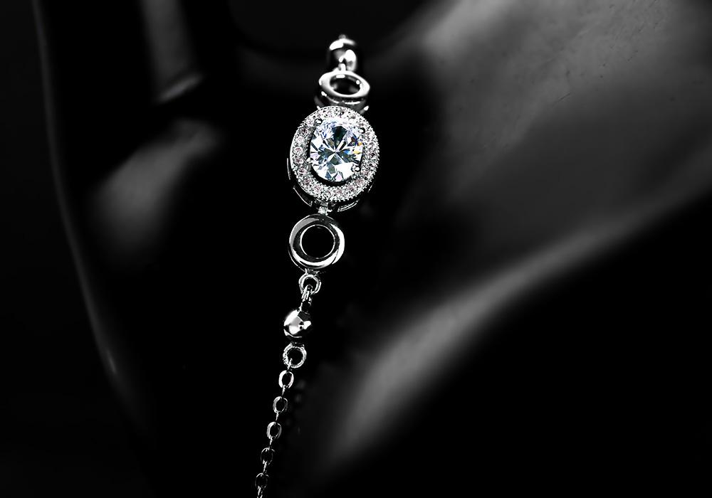 Lắc tay bạc Be Amazing giúp bạn gái tự tin tỏa sáng.
