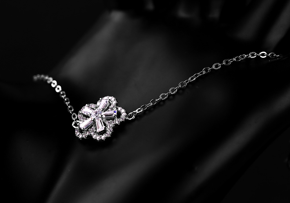 Cận cảnh mặt lắc với tạo hình bông hoa rạng ngời, lấp lánh ánh sáng.