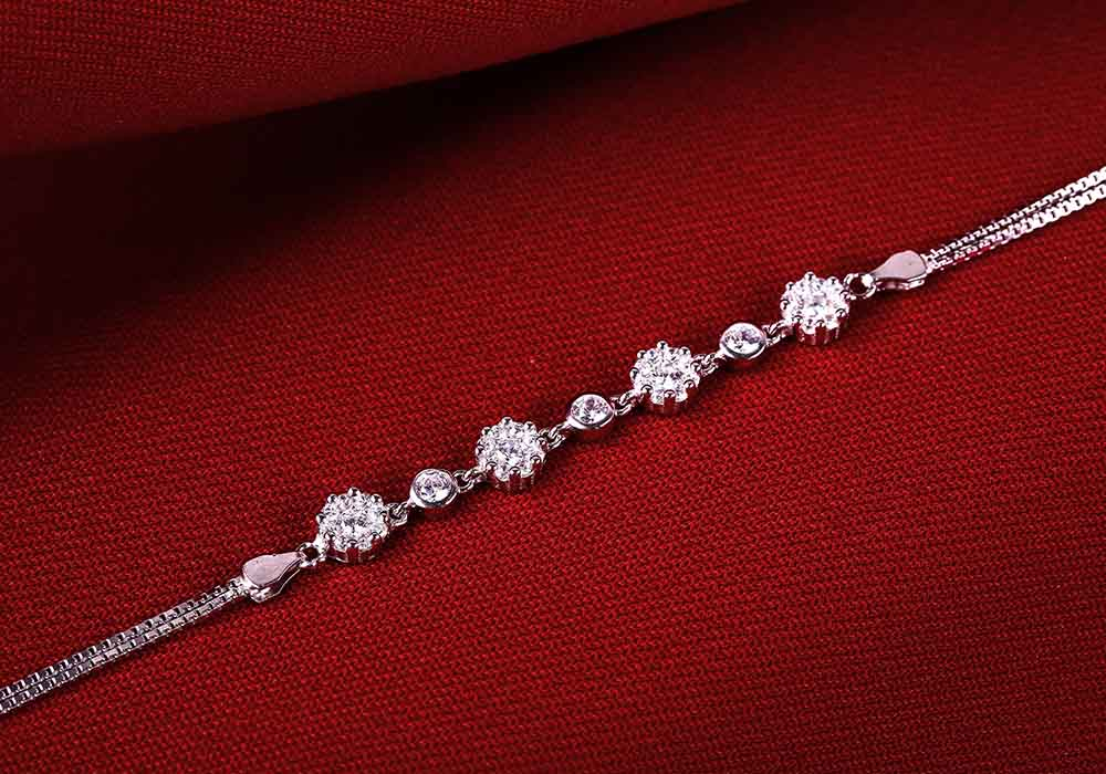 Lắc tay bạc Flower Chain tôn vinh vẻ đẹp Việt.
