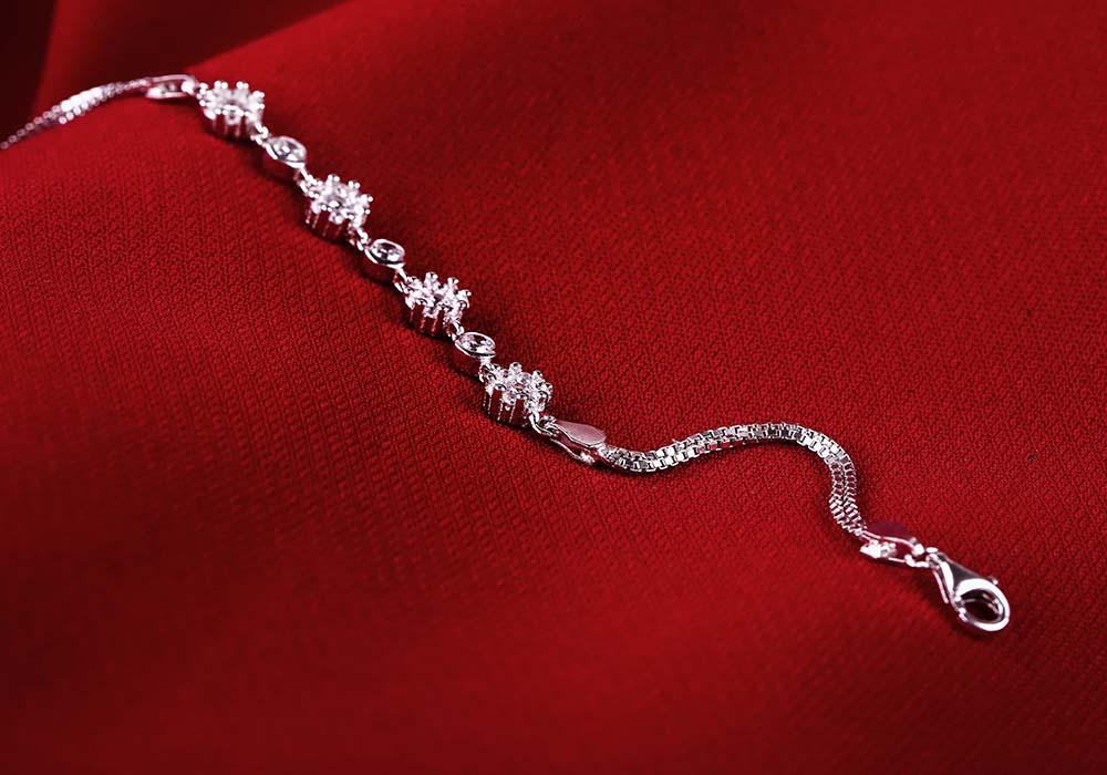Lắc tay bạc Flower Chain thiết kế tinh tế, hấp dẫn mọi ánh nhìn.