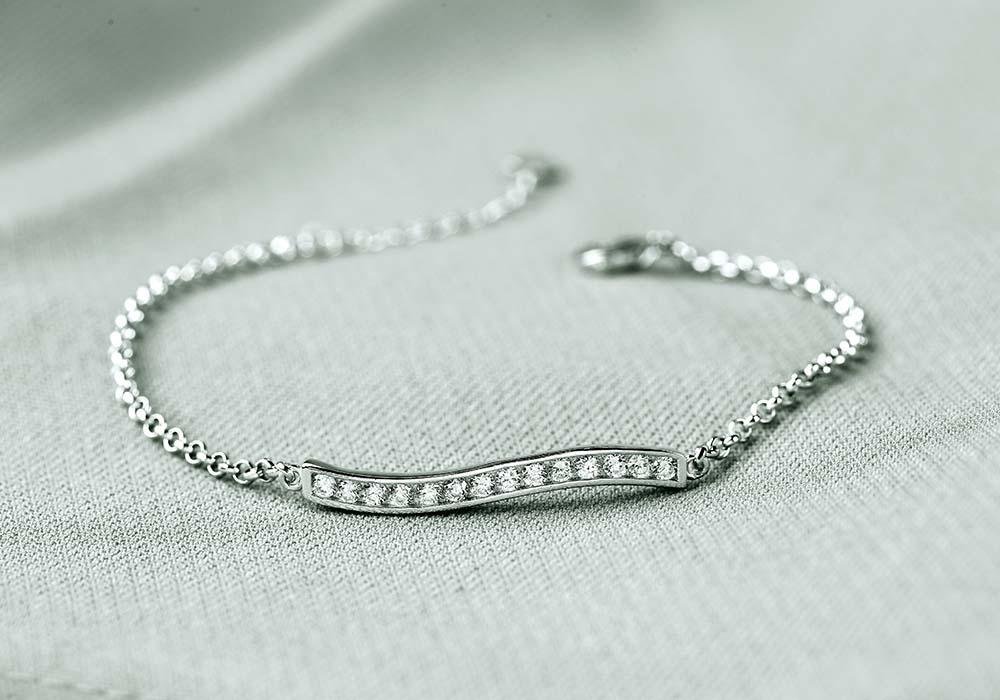 Sản phẩm là sự kết hợp hoàn hảo giữa bạc 925 và đá cz.