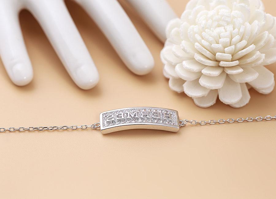 Mặt lắc tay nổi bật với khuôn đóng từ Hermes làm từ chất liệu bạc.