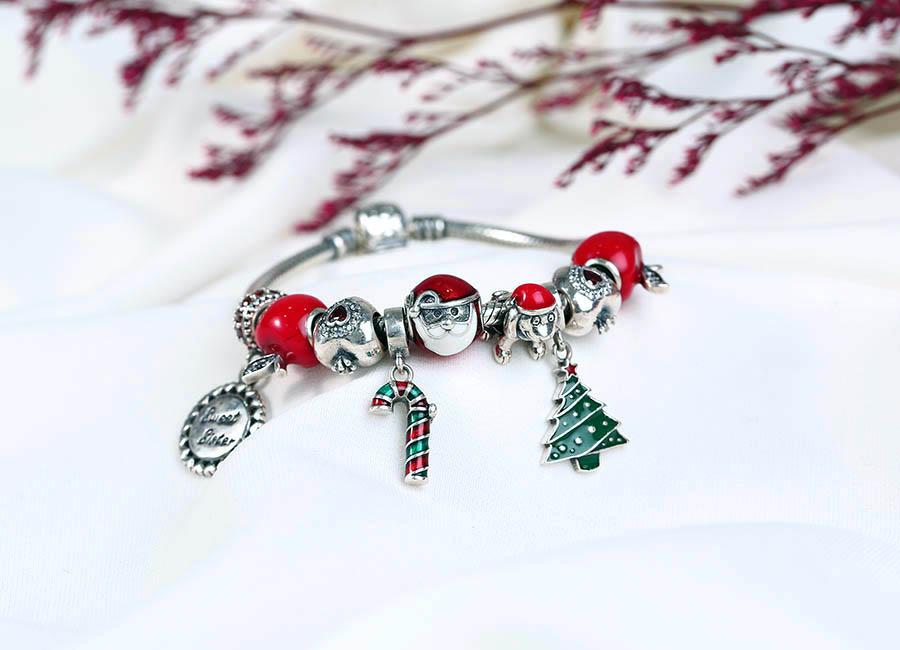 Họa tiết hạt charm mang sắc màu Noel.
