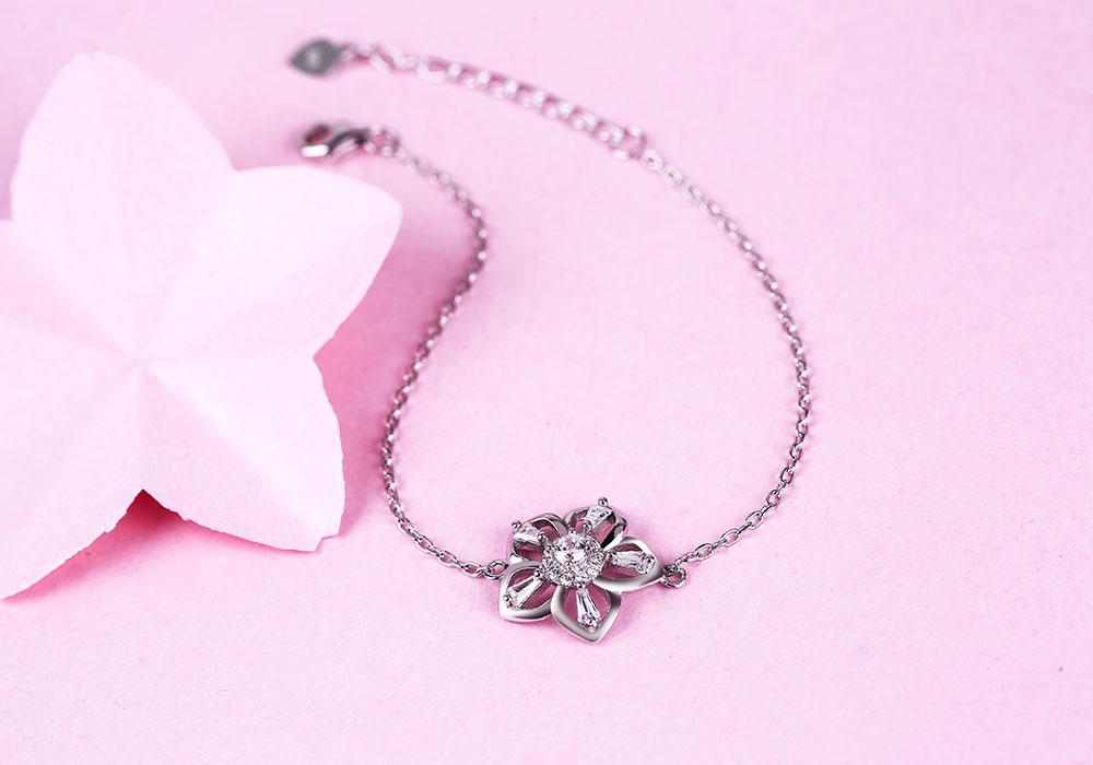 Mẫu lắc tay bạc Sakura Love nhẹ nhàng, thanh lịch.