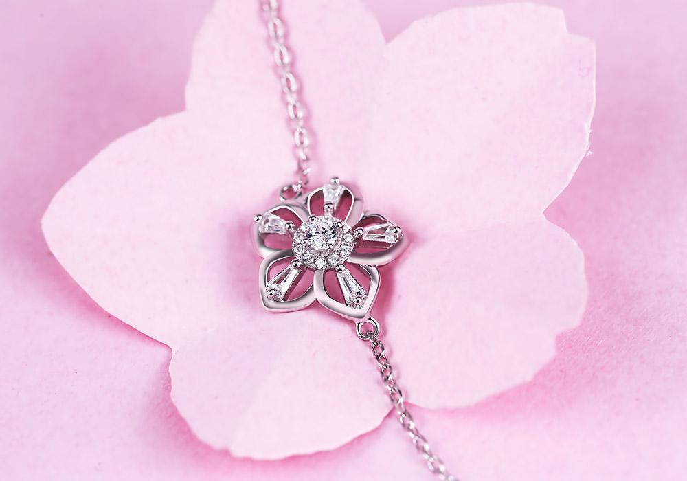 Mặt lắc tay bạc Sakura Love nổi bật với viên đá cz ở vị trí trung tâm.