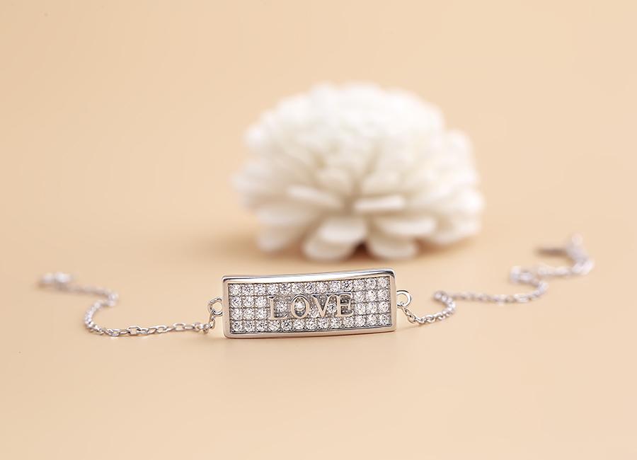 Lắc tay bạc This Love thể hiện mong ước nắm giữ tình yêu của phái nữ.
