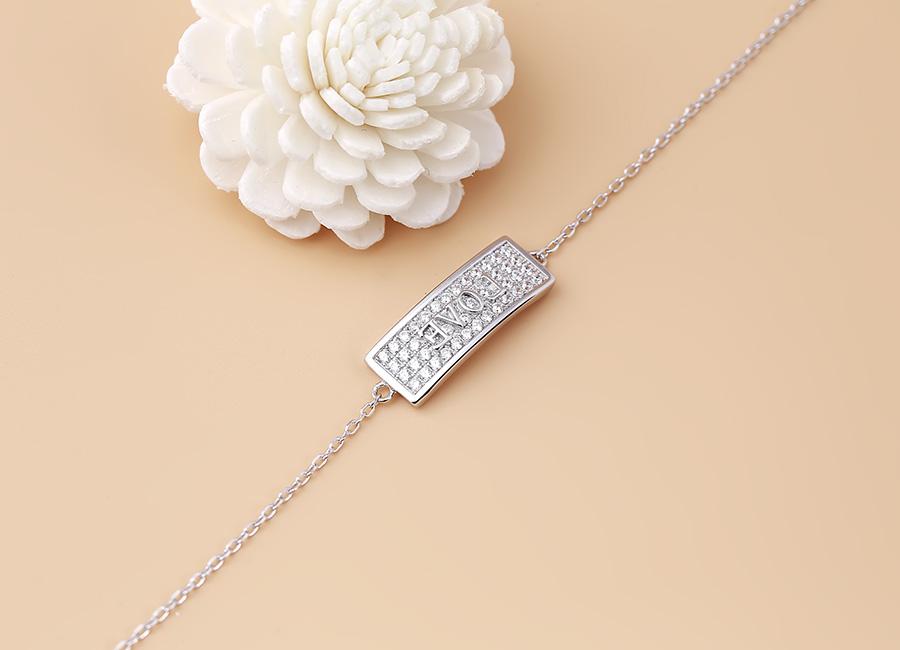 Mẫu trang sức bạc lấp lánh sắc bạc.