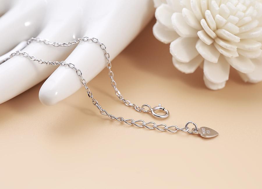 Món trang sức bạc xinh xắn làm hợp lòng rất nhiều cô gái trẻ.
