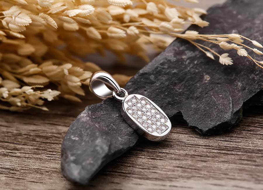 Trang sức bạc nạm đá luôn được yêu thích.