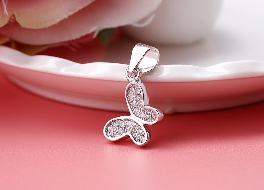 Tạo hình cánh bướm nạm đá trên mặt dây chuyền.