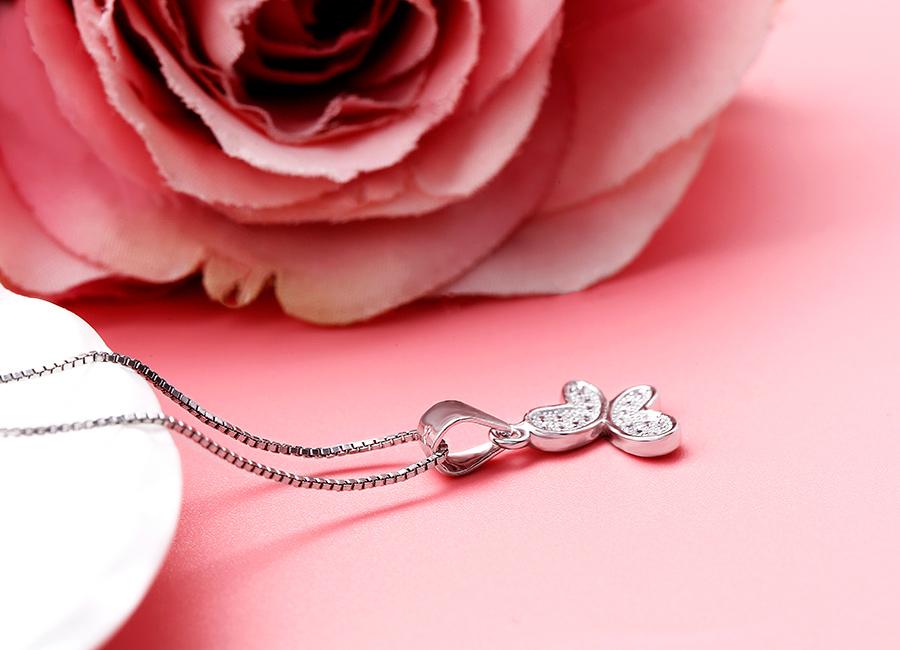 Kiểu mặt dây chuyền bạc Viera sẽ hợp với những dây đeo mảnh và thuôn.