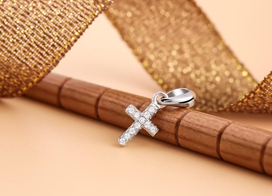 Mặt dây chuyền bạc tạo hình cây thánh giá – một biểu tượng quen thuộc với mọi người.
