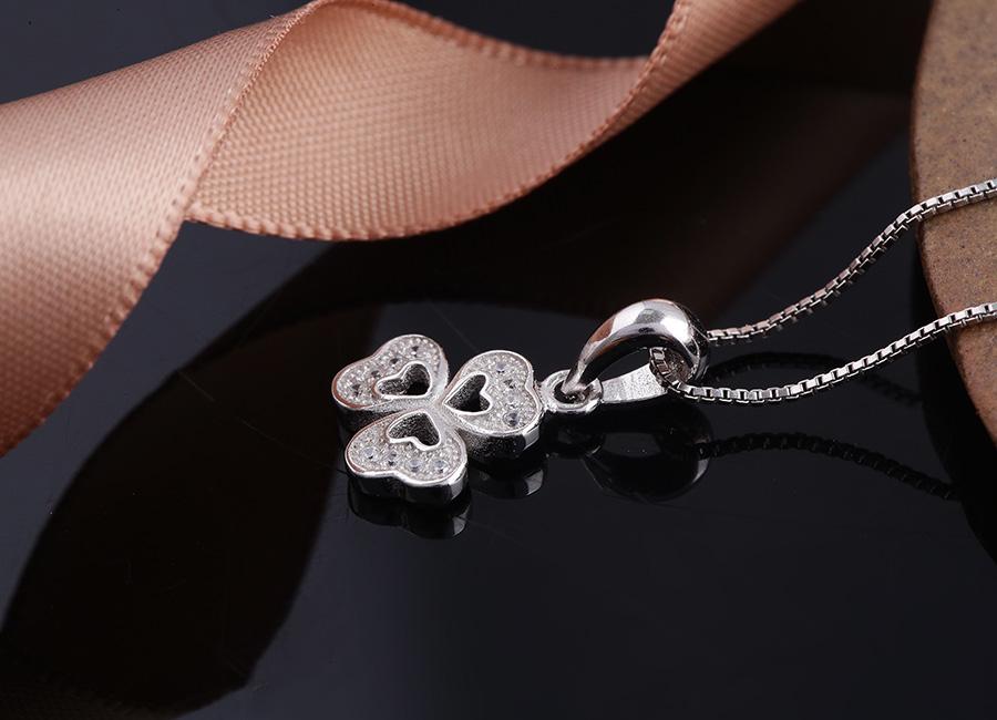 Mặt dây chuyền bạc sở hữu tạo hình nhánh Diệp Tam Thảo.