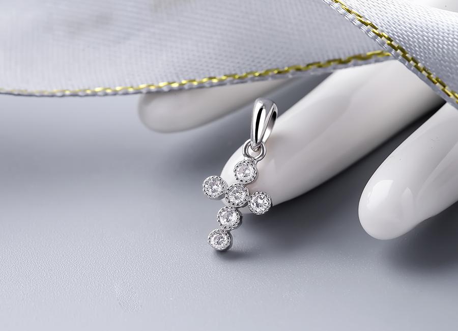 Mặt dây chuyền bạc Layla Cross mang nhiều ý nghĩa cao đẹp.