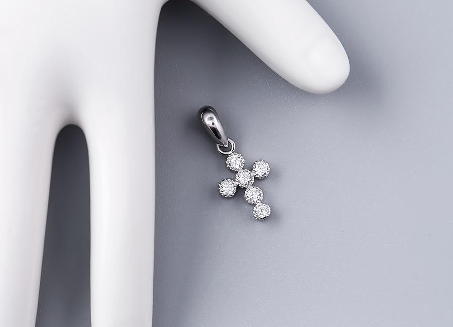 Sắc đá CZ trắng mang đến độ hài hòa cho sản phẩm.