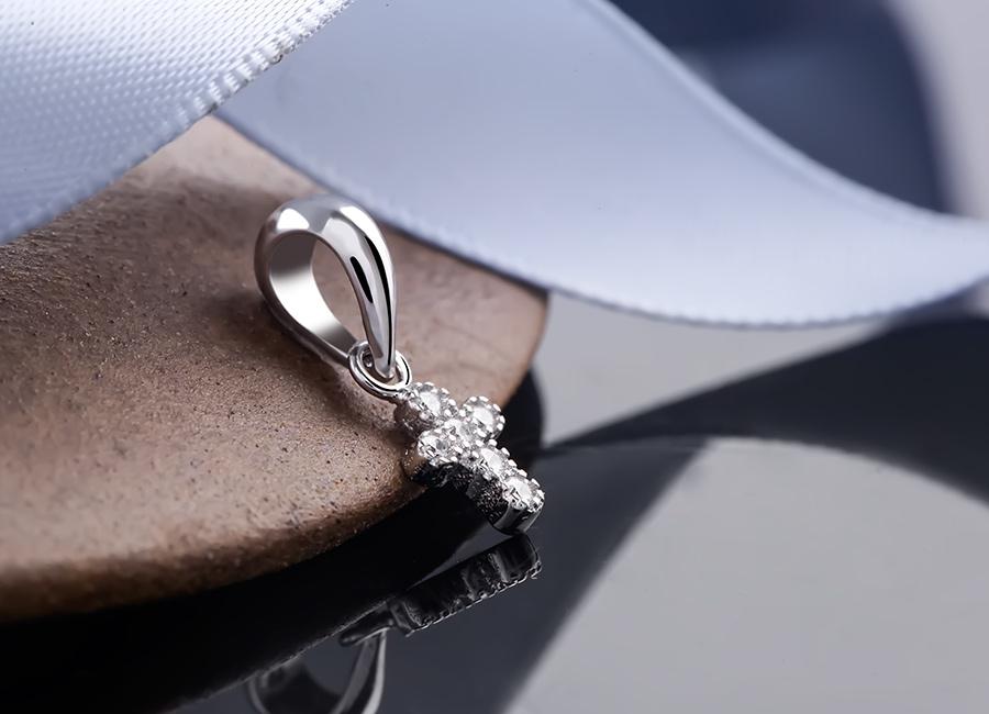Không cầu kỳ trong thiết kế, mặt dây chuyền bạc Layla vẫn có đủ sức hấp dẫn riêng.