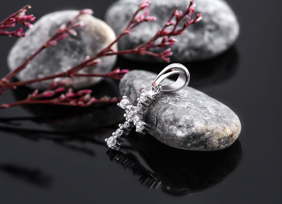 Mặt dây chuyền mang hình ảnh cây Thánh giá với nhiều ý nghĩa ẩn chứa bên trong.