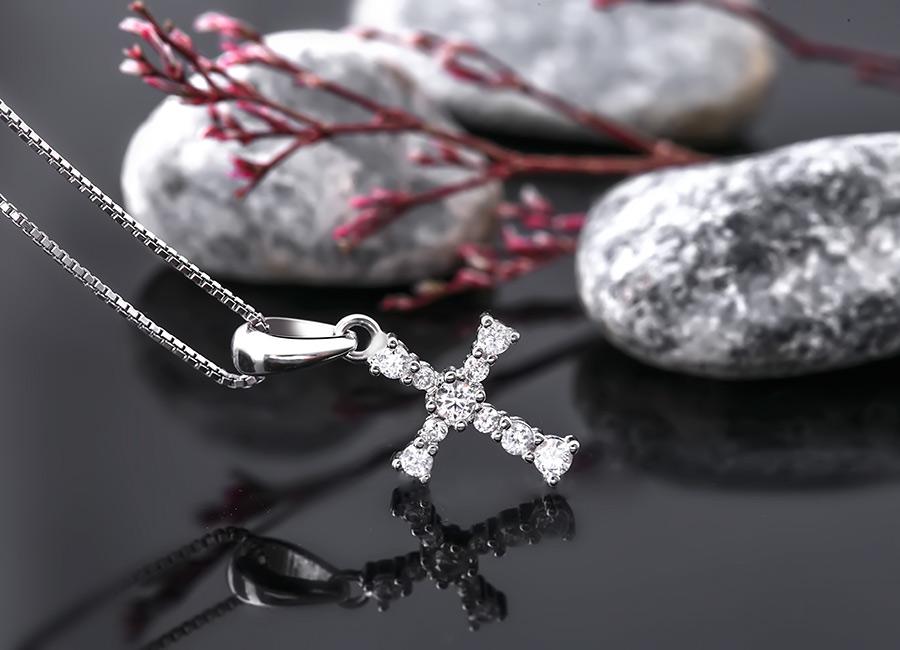 Nên chọn loại dây đeo mảnh như gợi ý để phù hợp nhất với kiểu mặt trang sức này.