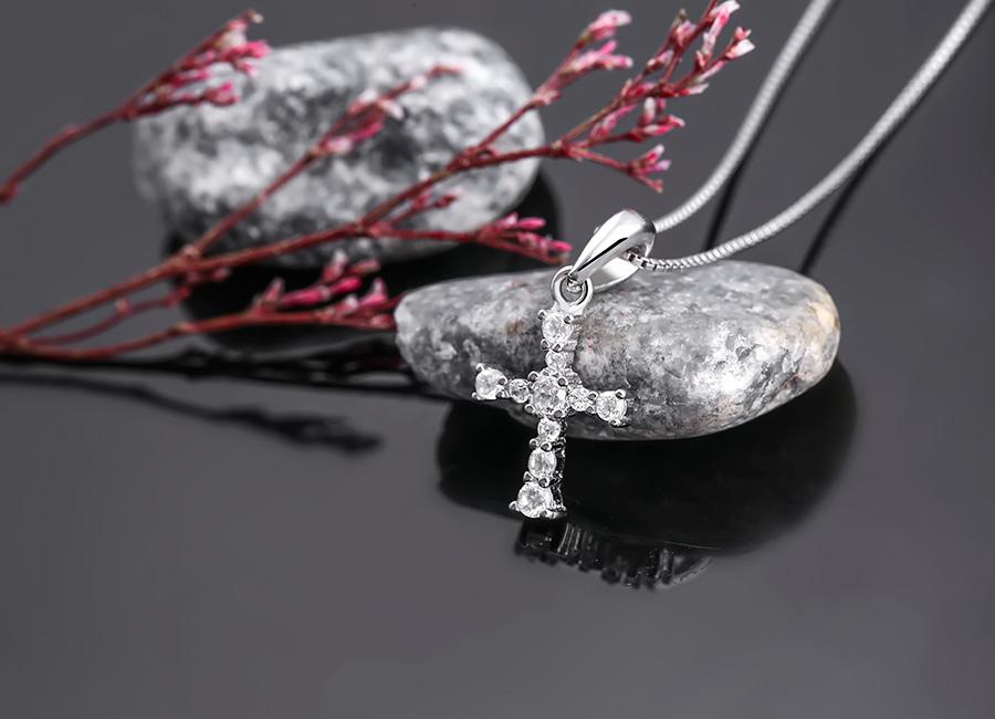 Sắc sáng trắng lấp lánh toát ra từ mẫu trang sức đặc biệt cuốn hút.