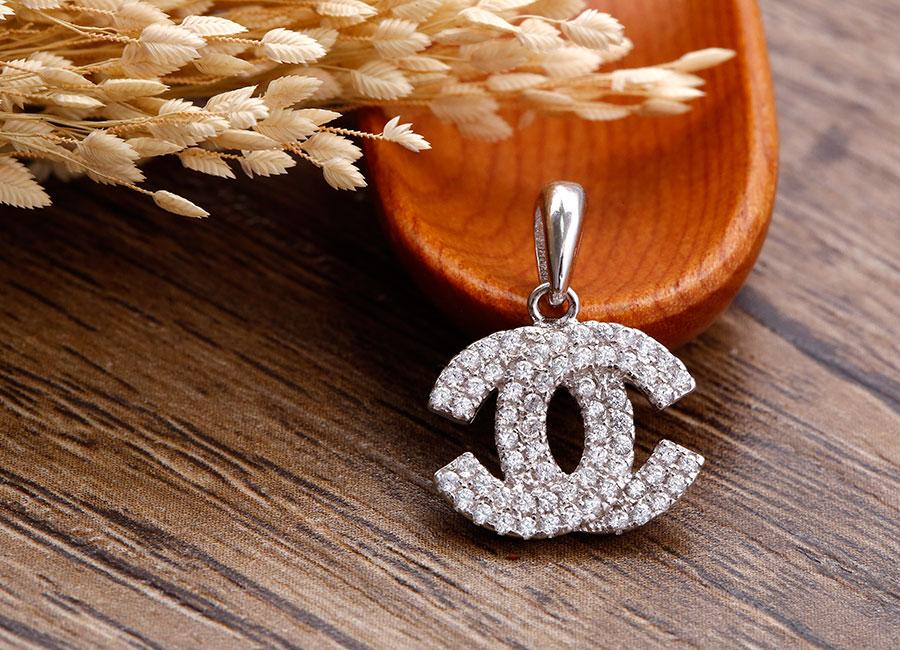 Phần mặt nổi bật với tạo hình logo Chanel nạm đá long lanh.
