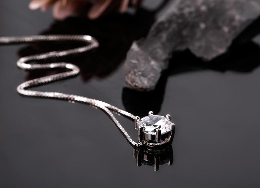 Viên đá sáng làm điểm nhấn mặt dây chuyền.