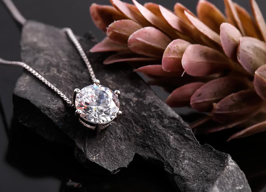 Viên đá được cắt mài giũa cẩn thận, sở hữu sắc sáng tinh khôi.