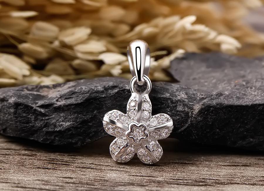 Mẫu mặt dây chuyền rạng rỡ từ hình ảnh bông hoa đào khoe sắc.
