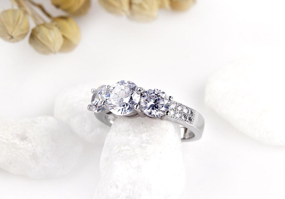 Chiếc nhẫn bạc xinh xắn