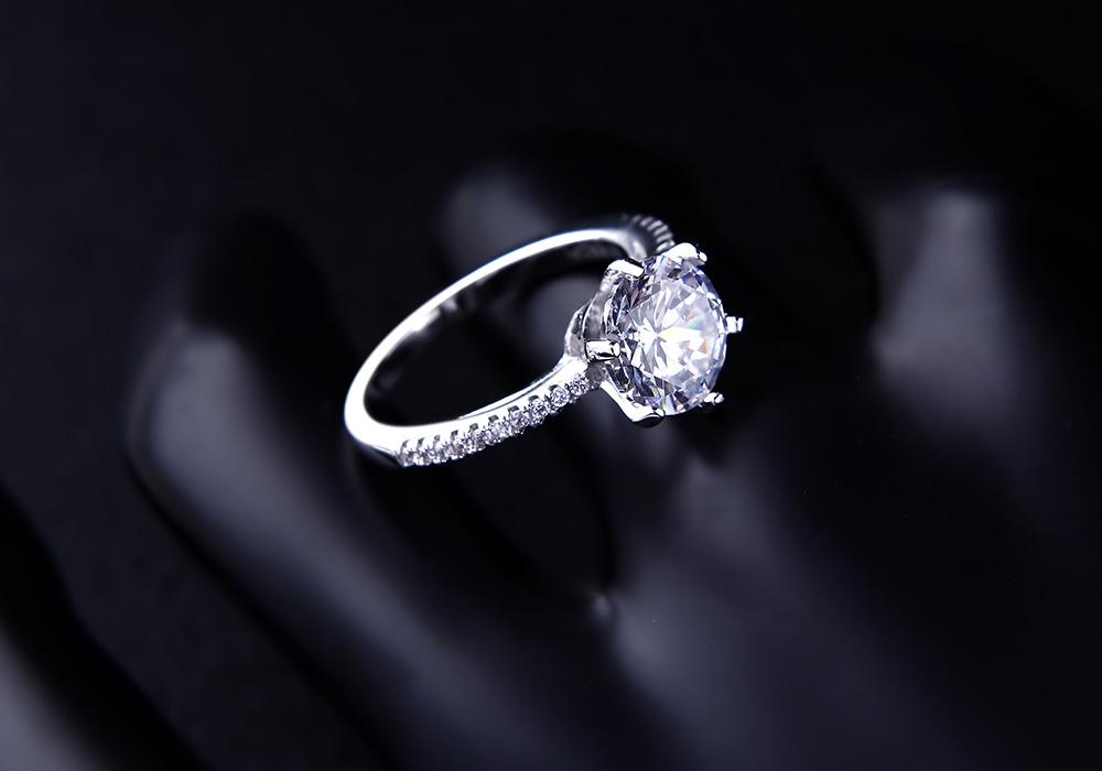 Nhẫn bạc Hera mang thông điệp chúc phúc, bảo hộ tình yêu.