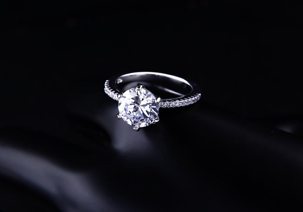 Hi vọng những cô gái sở hữu mẫu nhẫn bạc này sẽ luôn sống mãi trong một tình yêu màu hồng.