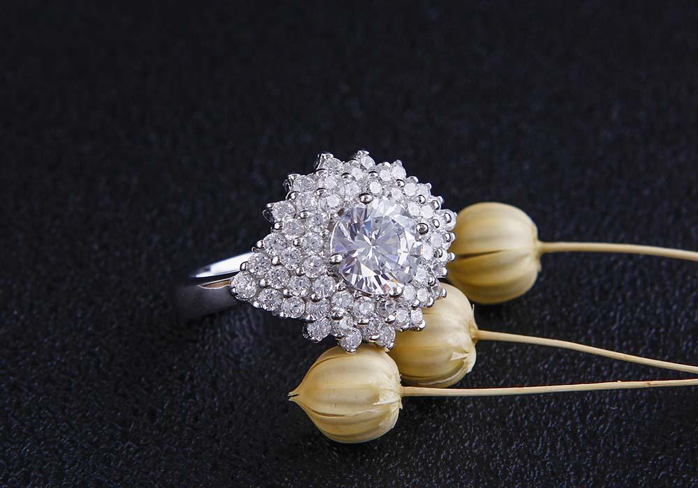 Mặt nhẫn nổi bật nhờ các viên đá Cubic Zirconia
