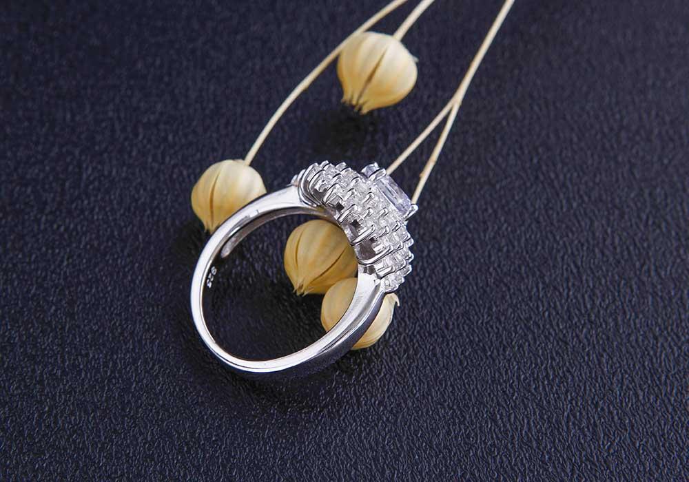Chiếc nhẫn là phụ kiện hợp mọi loại trang phục