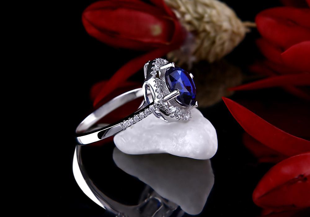 Mặt nhẫn thiết kế tinh xảo, giúp đôi tay người đeo xinh xắn hơn.