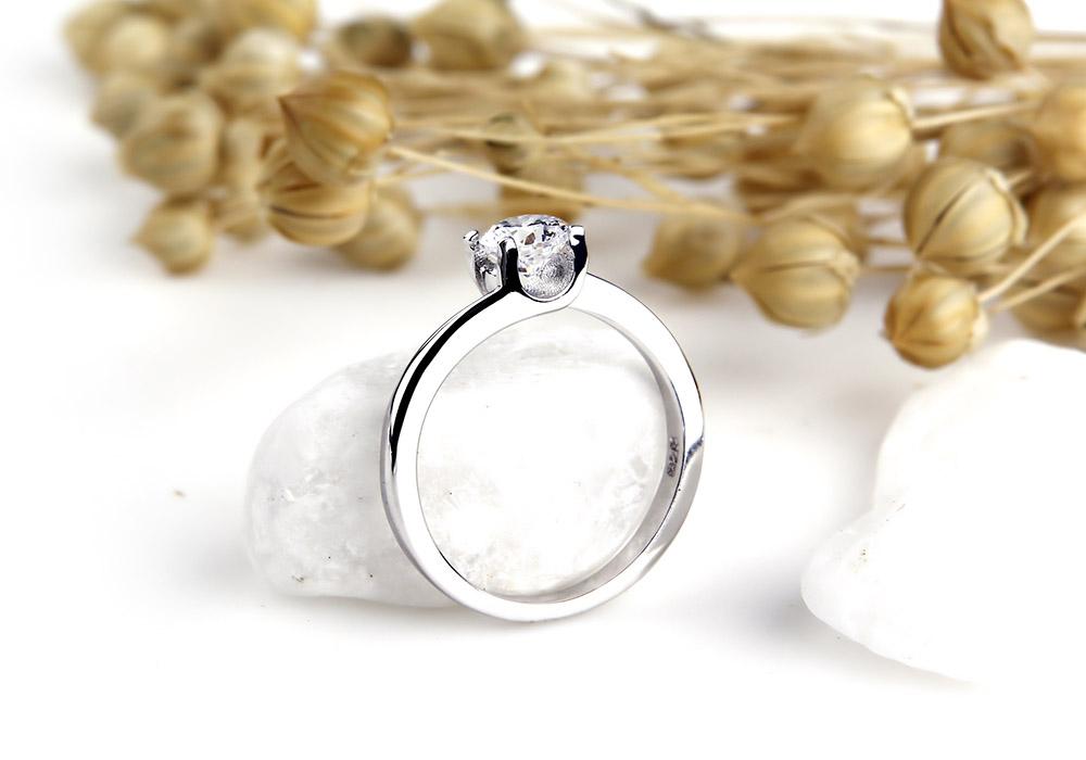 Chiếc nhẫn được chế tác từ dòng bạc Ý 925