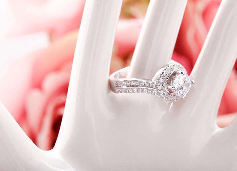 Hãy chọn size nhẫn thích hợp nếu bạn không muốn bị rộng, dễ rơi tuột khi đeo.