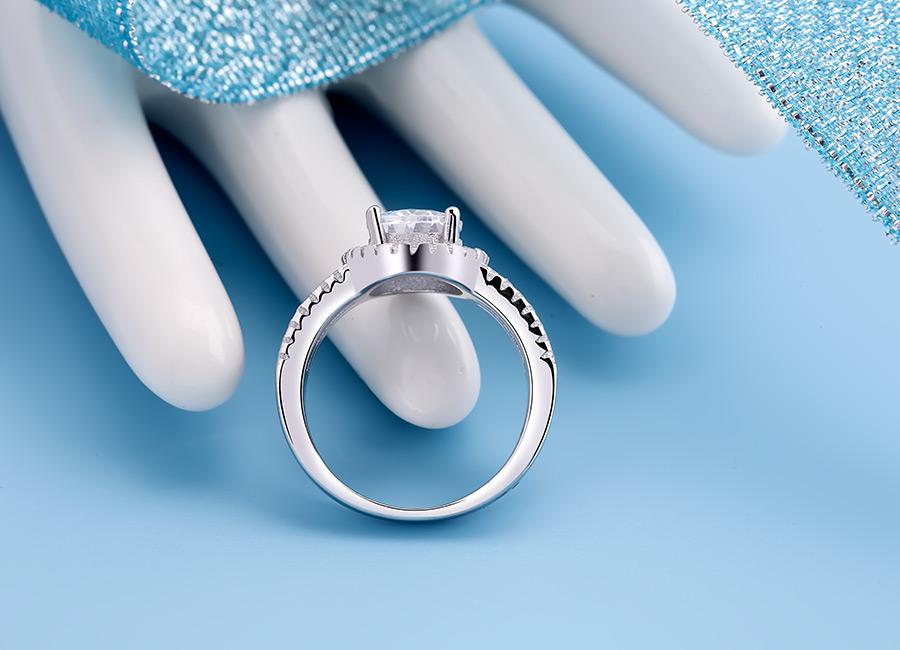 Thân nhẫn tròn đảm bảo khi đeo vô cùng thoải mái.