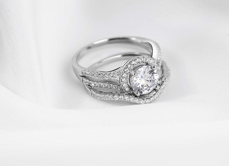 Mặt nhẫn bạc lấp lánh nhờ vẻ đẹp không tì vết của viên đá sáng cỡ lớn.