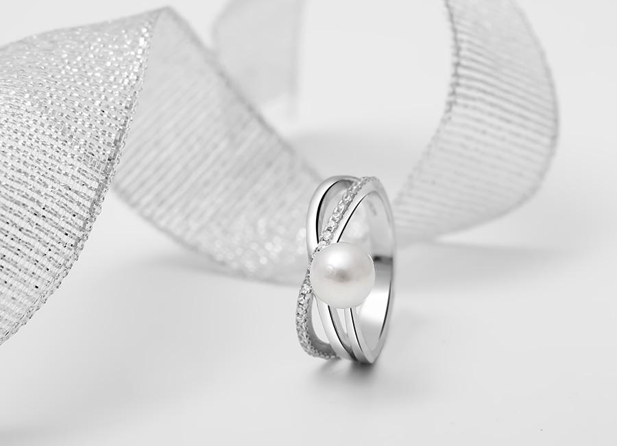 Nhẫn bạc Esther Pearl với thiết kế cầu kỳ, sang trọng là mẫu trang sức  bạc được rất nhiều chị em yêu thích.