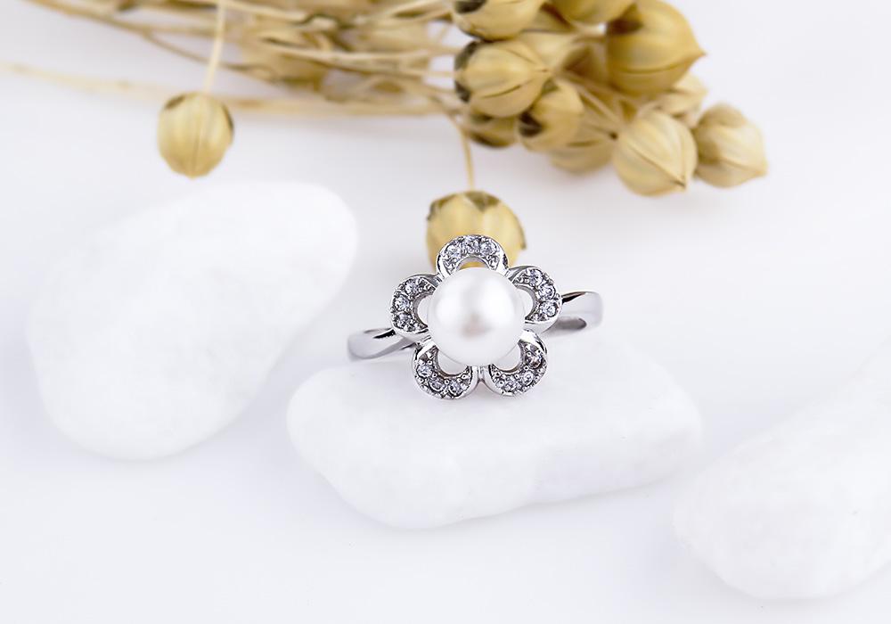 Chiếc nhẫn bạc với tạo hình bông hoa nở rực rỡ.