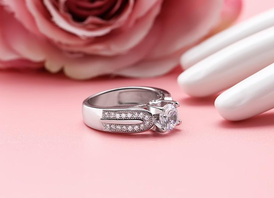Mặt đá gắn nhô kết hợp với phần thân to bản làm cho mẫu trang sức bạc thật nổi bật.