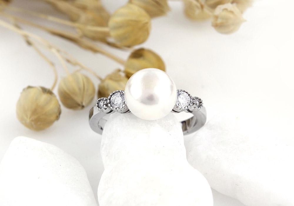 Nhẫn bạc Love Pearl tôn vinh vẻ đẹp của người phụ nữ hiện đại.