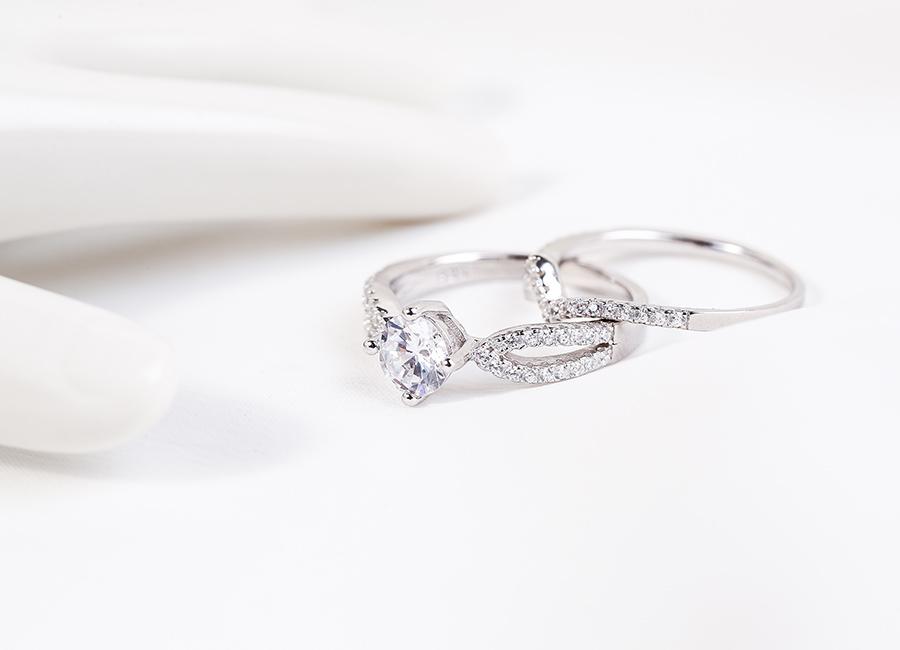 Mẫu trang sức bạc thiết kế dạng kép, đem lại sự độc đáo và nét riêng biệt cho người đeo.