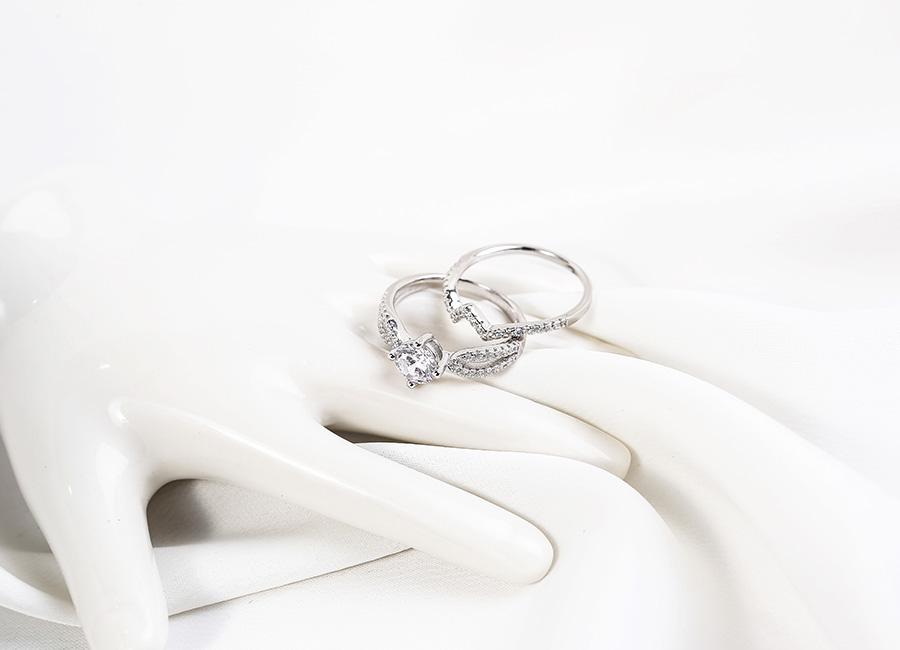 Mẫu nhẫn sử dụng vô số những viên đá CZ để tạo nên vẻ lấp lánh ngời sáng.