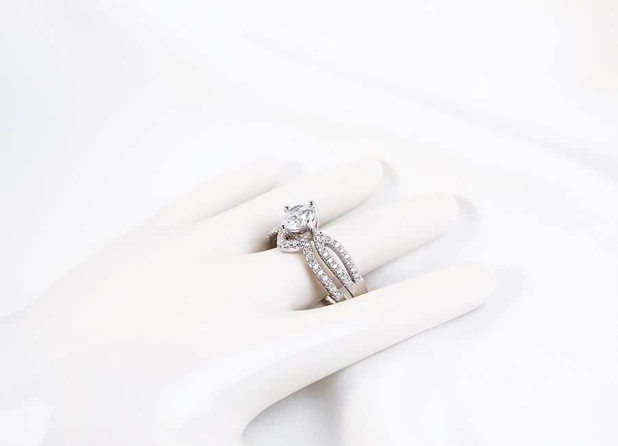 Chiếc nhẫn bạc với thiết kế ấn tượng.