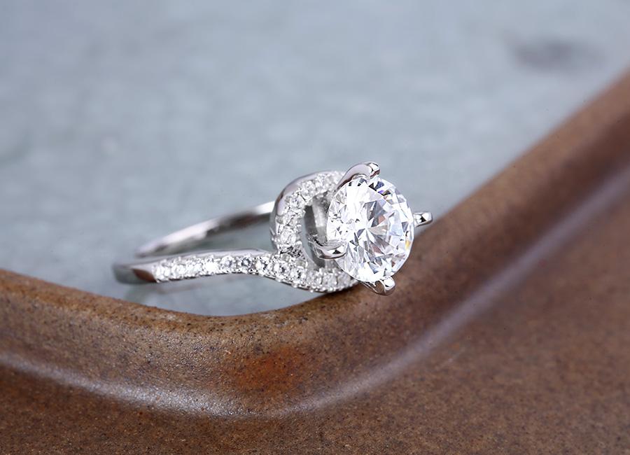 Đường xẻ thân bạc trên mẫu nhẫn vô cùng điệu đà.