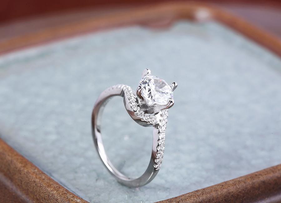 Lấp lánh bàn tay ngọc ngà bằng chiếc nhẫn tinh xảo.