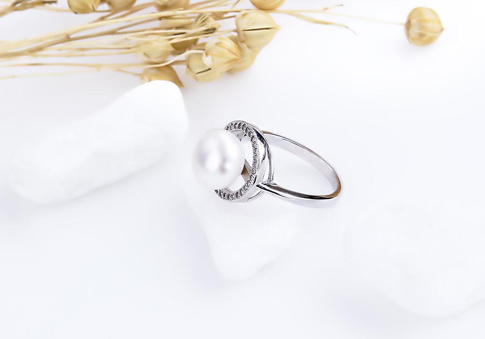 Nhẫn bạc ngọc trai Overwelmed nổi bật với vẻ đẹp sang trọng.