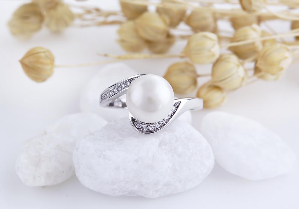 Mặt nhẫn nổi bật với viên đá ngọc trai ở vị trí trung tâm.