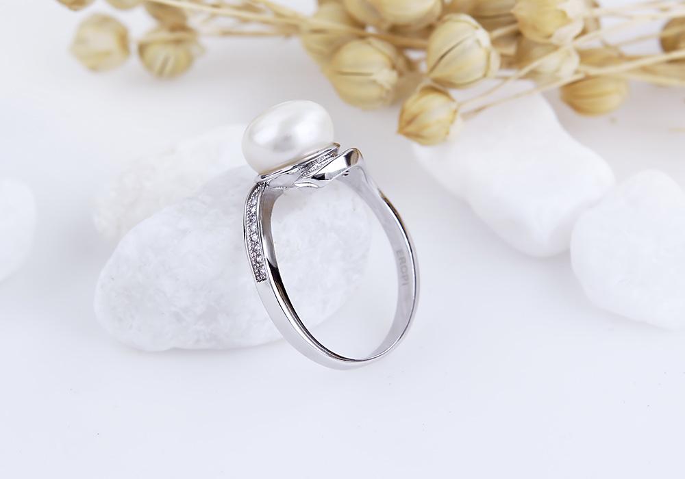 Chắc chắn mọi cô gái không thể chối từ vẻ đẹp của nhẫn bạc ngọc trai Kate.