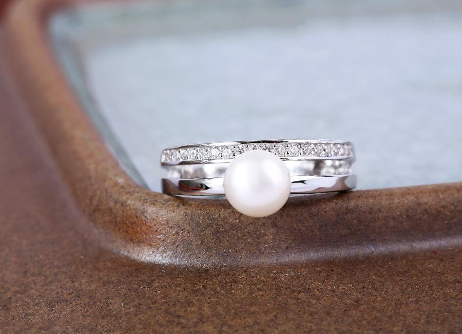 Ngọc trai trắng tôn vinh vẻ đẹp thuần khiết, thanh tao cho phái đẹp.